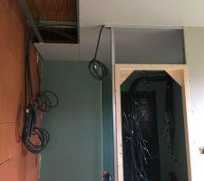 Un bâti de porte. Celui-ci sera remplacé, on a opté pour une porte à galandage finalement.