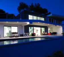 facade sud avec piscine de nuit