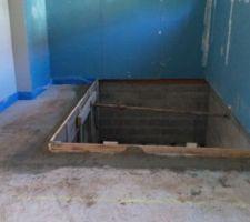 preparation du bassin avant la chape nous allons mettre un peu de plancher chauffant dans la piece piscine aussi une cloison viendra fermer par la suite