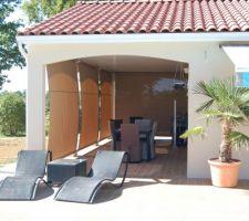 Terrasse sud ouest (soleil couchant) aménagée de stores micro-perforés