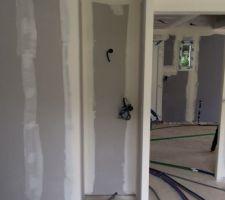 La niche de la cuisine qui recevra un meuble bas, plan de travail granit pour accueillir le Thermomix et la cafetière