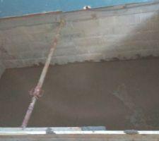 coullage de la dalle de la piscine plus de 10cm pour supporter le poid de l eau