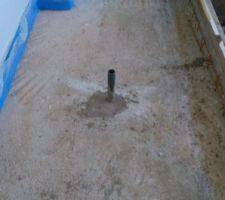 j ai scelle un bout de pvc de 40 pour mettre un siphon de sol par la suite