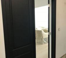 Peinture des portes côtés hall en noir mat