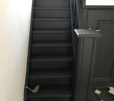 Peinture de l'escalier en noir mat comme les portes
