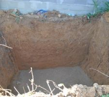 Fosse pour la cuve : 3m x 3m x 3,40m de profondeur. sablage au fond.