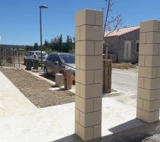 terre etalee trottoir et piliers