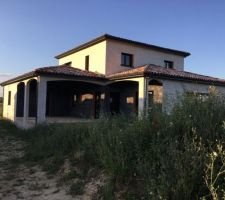 Il s'agit d'une vue de la maison côté Sud Ouest avec la pose des menuiseries terminées qui proviennent du portugal (COMEV - Viseu)