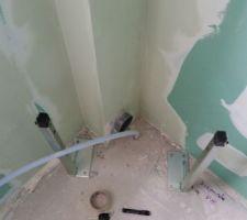 je ne sais pas qui blamer le plombier qui a place l evac avant les cloisons ou le plaquiste qui a sorti l arrivee d eau aussi proche du mur des choses a rattraper