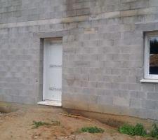 Début de l'installation des portes, fenêtres et baies
