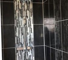 Salle d'eau black &white avec colonne de douche thermostatique Brico dépôt  Mosaïque et carrelage acheté chez Brico dépôt , le travail a été réalisé par un ami proche Salle de bain pour les enfants ?
