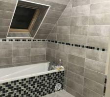 Salle de bain en pente moderne avec coffrage baignoire Mosaïque et carrelage acheté chez Brico dépôt , le travail a été réalisé par un ami proche ??????