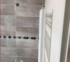 Salle de bain en pente moderne avec coffrage baignoire