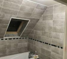Salle de bain en pente moderne avec coffrage baignoire Mosaïque et carrelage acheté chez Brico dépôt , le travail a été réalisé par un ami proche. Salle de bain pour les enfants ?