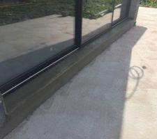 Réalisation des seuils ciment des baies vitrées : ils seront recouverts par la future terrasse sur plots...