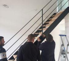 Montage de l'escalier alu noir mat, marche en hêtre vernis mat