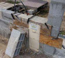 Coffrage pour rattraper le niveau des parpaings et incorporer la boite de dérivation.