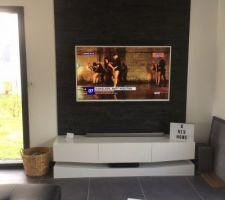 Mur de parement avec meuble tv suspendu et tv accrochée au mur
