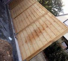 Pose des palissade derrière le garage