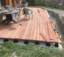 Après 2 semaines de congés la pose de la terrasse a bien avancée et va bientôt se terminer