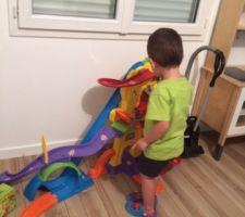 Nathan qui redécouvre son garage dans sa nouvelle chambre !