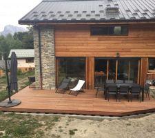 Terrasse terminée! Maintenant il va falloir remblayer autour puis préparer le terrain pour semer la pelouse...