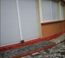 Maison à l'achat, un RDC 70 m2, salon , cuisine, 2 chambres une salle de bain et des toilettes. Sur la même surface, cuisine et salon. et après agrandissement et surélévation