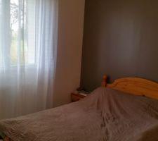 Chambre 1. 11.8 m2 Couleur des murs 1 mur taupe 3 murs blanc ainsi que le plafonds