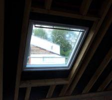 Fenêtres de toit installées par les couvreurs.