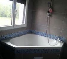 Colonne installée au dessus de la baignoire d'angle.