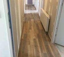 Carrelage imitation parquet couloir