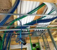 Pose des tuyaux de la VMC double flux entre les solives.