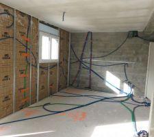 Electricité cuisine, on aperçoit l'arrivée électrique au plafond pour la hotte suspendue.