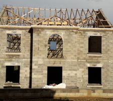 Arase du toit et pose des appuis fenêtres