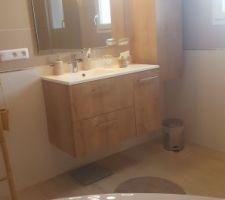 Salle de bain terminée. Miroir et luminaire en place.