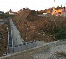 Mur de soutainement sur l'arrière du terrain pour avoir un terrain plat