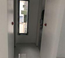 Couloir desservant les toilettes et la chambre d'ami