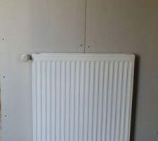 Mise en place du radiateur dans la chambre bleue.
