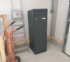 La boîte à colis attend dans le garage sa future mise en place