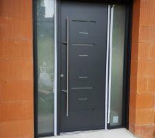 Installation des menuiseries : la porte d'entrée, vue extérieure