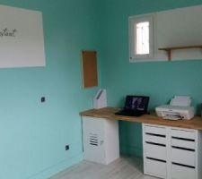 Deux murs peints avec du vert paraiso disponible chez LM et bandes horizontales blanches. Mur du lit stickers phrase noire. Mur bureau rajout deux étagères en chêne achetées chez LM.