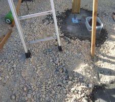 Premier poteau monté sur platine  pré positionné  sur le plot de béton