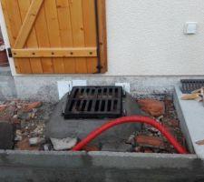Trottoir autour de la maison terminé - grille d'aération pour lale futur cheminée/poël