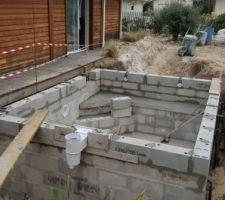 Jour 7 : Et on continue à monter les murs et on place la filtration (skimmer).