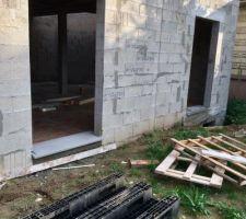 Arases faites (sauf une petite partie pour le garage), pose des appuis des porte-fenêtres du RDC, pose de l'isolant en préparation du coulage de la dalle flottante demain