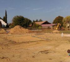 Fondations avec le chef de chantier junior qui analyse le sol ;-)