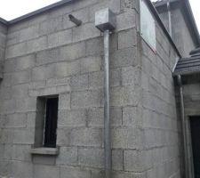 Gouttière du toit plat avec au dessus l evacuation du trop plein...en cas