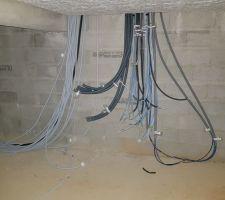 A la cave: - Le câblage du constructeur à gauche - Mon cablage à moi à  droite