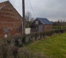 Vue générale extérieure de la maison et du terrain sur l'arrière