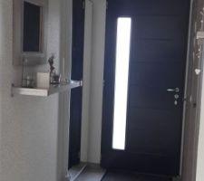 Miroir HOVET de chez IKEA installé dans l'entrée pour donner une impression d espace dans notre petite entrée